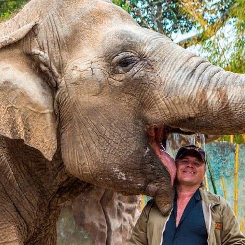 Trompita y su cuidador Romeo, Zoologico la aurora, ciudad de guatemala