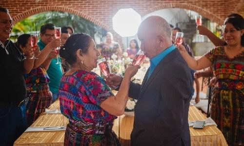 esposos-guatemaltecos-celebraron-60-anos-casados-compartieron-sesion-fotos-brindis