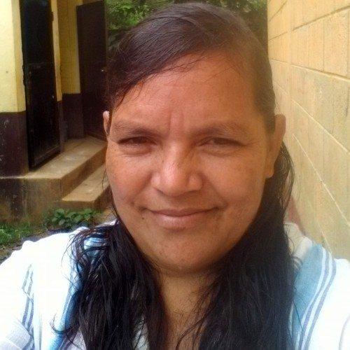 guatemalteca-isabel-melchor-elabora-artesanias-papel-reciclado-alta-verapaz-fray-bartolome-casas