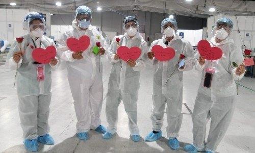 pacientes-hospital-temporal-parque-industria-recibieron-rosas-dia-carino-guatemala-personal-medico