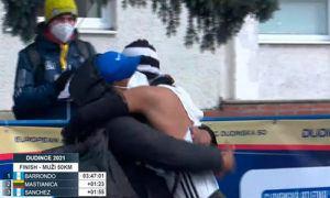Descripción de la foto para personas con discapacidad visual - Luis Ángel Sánchez celebrando su llegada a la meta mientras abraza a su equipo.- Crédito de foto - Slovak Athletics