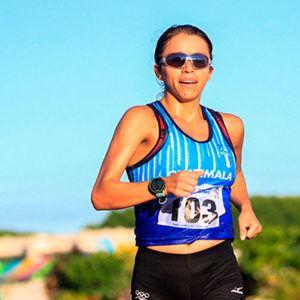 Descripción de la foto para personas con discapacidad visual - Mayra Herrera marchando por la pista.- Crédito de foto - COGuatemalteco