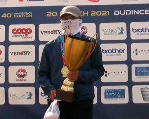 Descripción de la foto para personas con discapacidad visual - Uriel recibiendo el trofeo y medalla de oro al finalizar la competencia.- Crédito de foto - Slovak Athletics