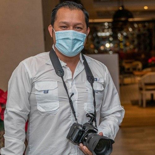 El guatemalteco Harold Búcaro grabó video extremo de vuelo en parapente por el Lago Atitlán, Sololá