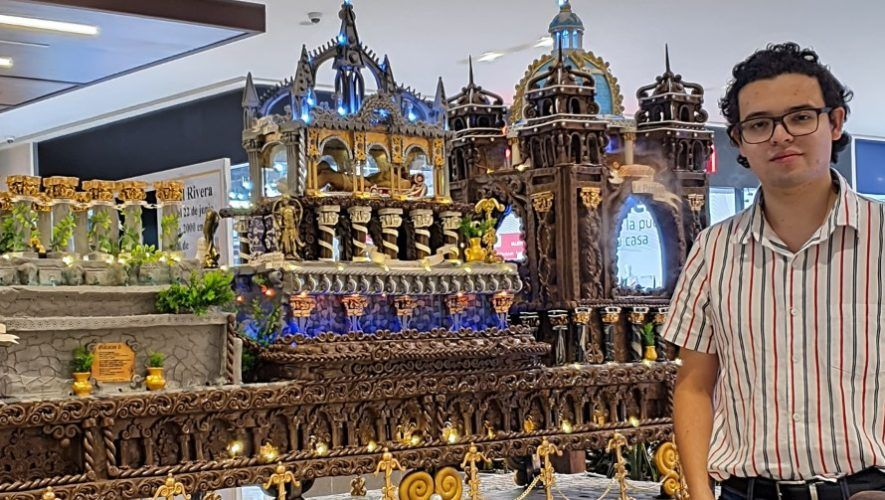 El quetzalteco Daniel Rivera hizo una réplica gigante en plastilina de anda procesional