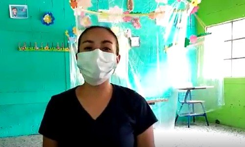 Maestra guatemaltecadiseñó unos cubículos para que sus estudiantes puedan recibir clases