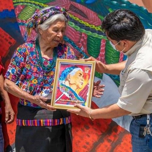 artistas-pintaron-mural-honor-melecia-jutzuy-bordadora-guipiles-sumpango-guatemala