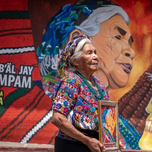 artistas-pintaron-mural-honor-melecia-jutzuy-bordadora-guipiles-sumpango-originaria-sacatepequez