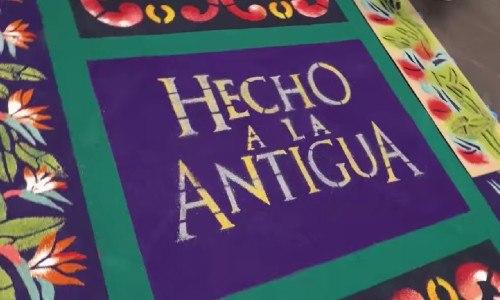 curiosas-imagenes-ricardo-arjona-hijo-nicolas-elaborando-alfombra-semana-santa-concierto-hecho a la antigua