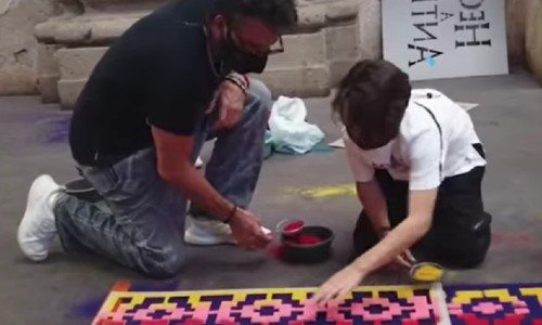 curiosas-imagenes-ricardo-arjona-hijo-nicolas-elaborando-alfombra-semana-santa-guatemala
