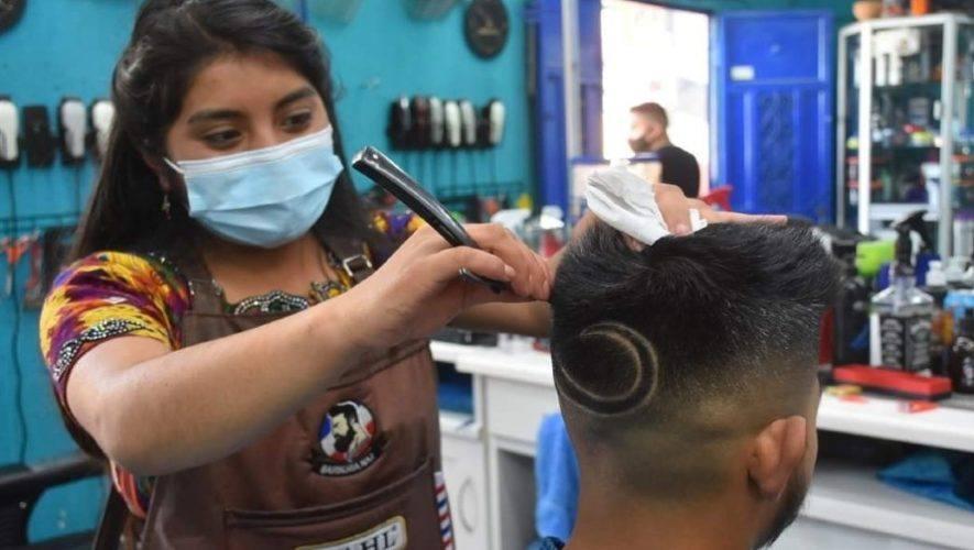 elizabeth-guarcax-trabaja-barberia-solola