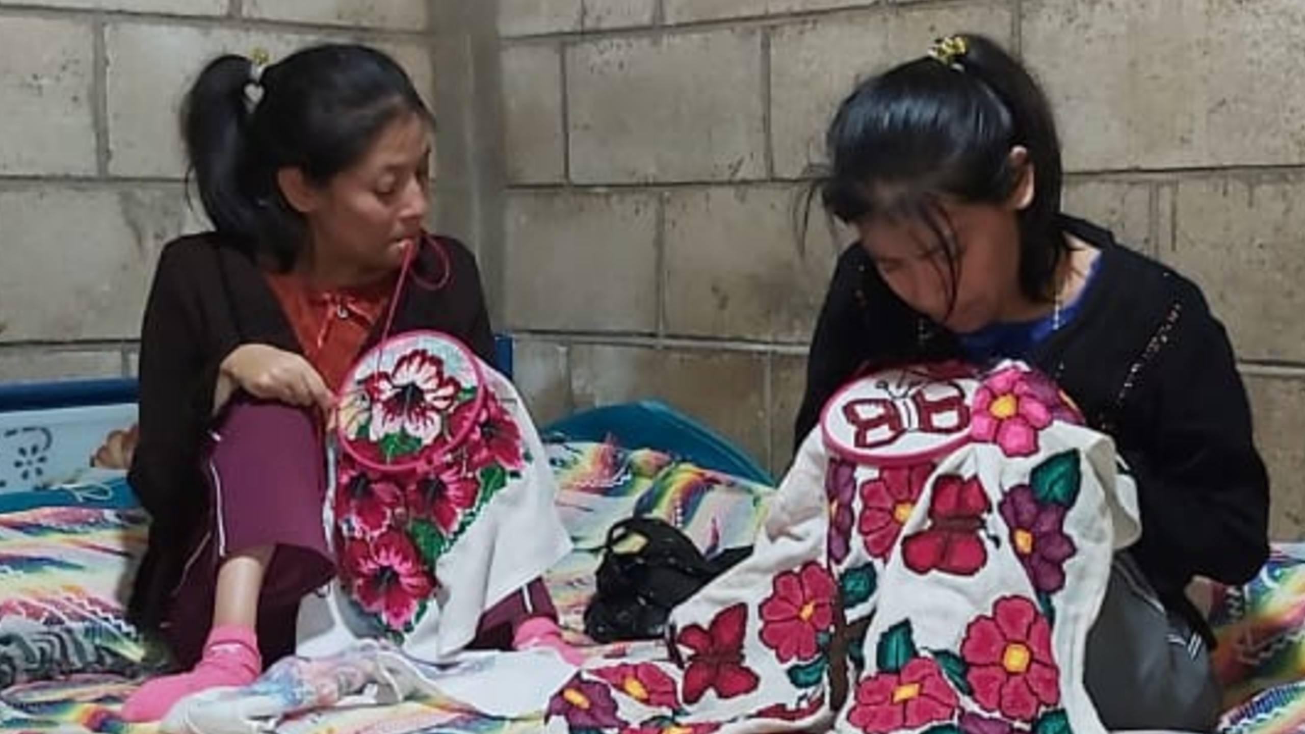 Francis y Margarita Socoy, de Chimaltenango, bordan con la boca para recaudar fondos para una operación