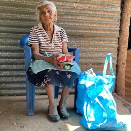 mujer mayor sentada en una silla Voluntariado de jóvenes busca donaciones para ayudar a abuelitos en Santa Rosa