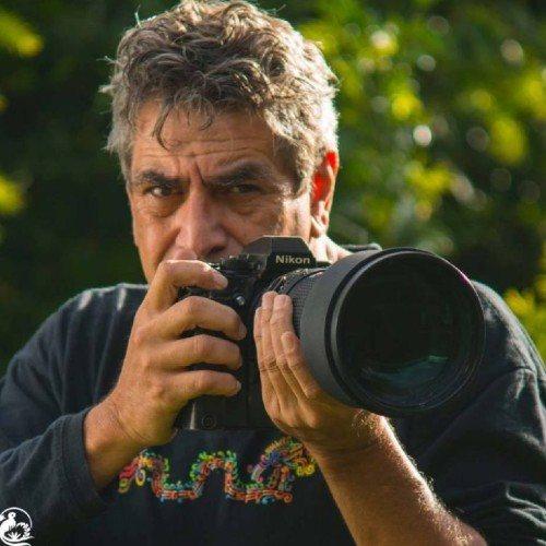hombre que sostiene cámara con las manos