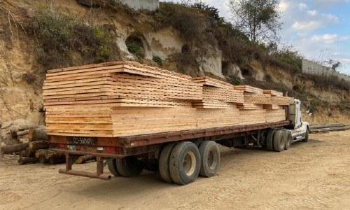 techo-hizo-primera-construccion-viviendas-afectados-eta-iota-guatemala-donacion-camion llevando madera