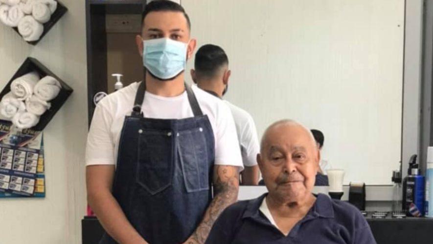tulio-saenz-barbero-guatemalteco-regalando-cortes-cabello-abuelitos