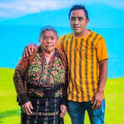 Abuelita originaria de Sololá viajó en helicóptero sobre el Lago más bello del mundo