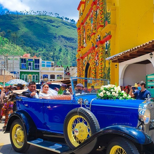 Clelly Saquic y Manuel Mejía recorrieron las calle a bordo de carro clásico
