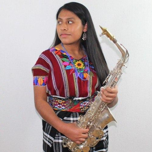 Originaria de Chimaltenango sorprende a los guatemaltecos con sus interpretaciones en saxofón
