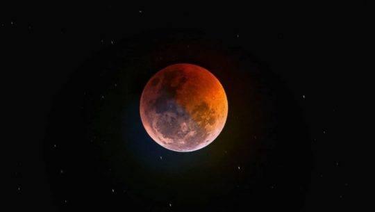 Descripción de la foto para personas con discapacidad visual: fotografía de la luna roja con el cielo completamente negro. (Crédito de foto: David Rojas)