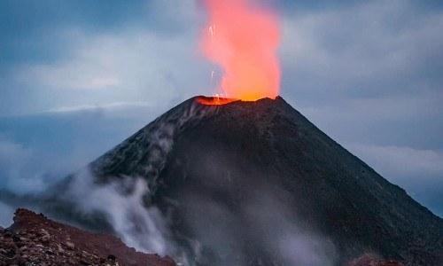 crater de volcan de guatemala en erupción cindy lorenzo