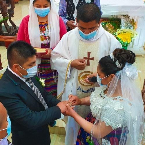 pareja originaria de totonicapan se casó iglesia san andres xecul vehículo antiguo