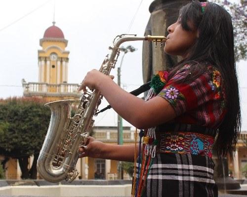 patzuneca de 16 años impresiona con su talento como saxofonista