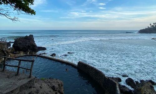 Descripción de la foto para personas con discapacidad visual: Piscina de agua salada de Atami y el mar rocoso de la playa El Palmarcito de El Salvador. (Créditos: Guatemala.com)