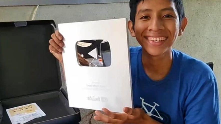 Isaac Pérez López, youtuber guatemalteco obtuvo la placa de los 100 mil suscriptores