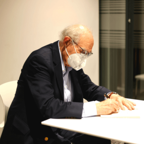 Perez de Antón firma libro