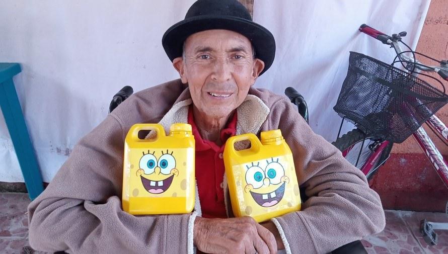 Abuelitos guatemaltecos del Hogar de Ancianos Comalapa venden alcancías para recaudar fondos