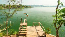 Jorge's Rope Swing, lugar turístico con un columpio gigante sobre el agua en Petén