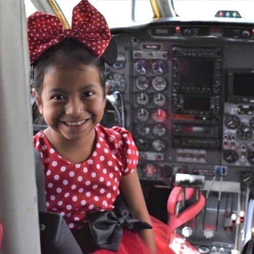 Keily en la cabina de un avión